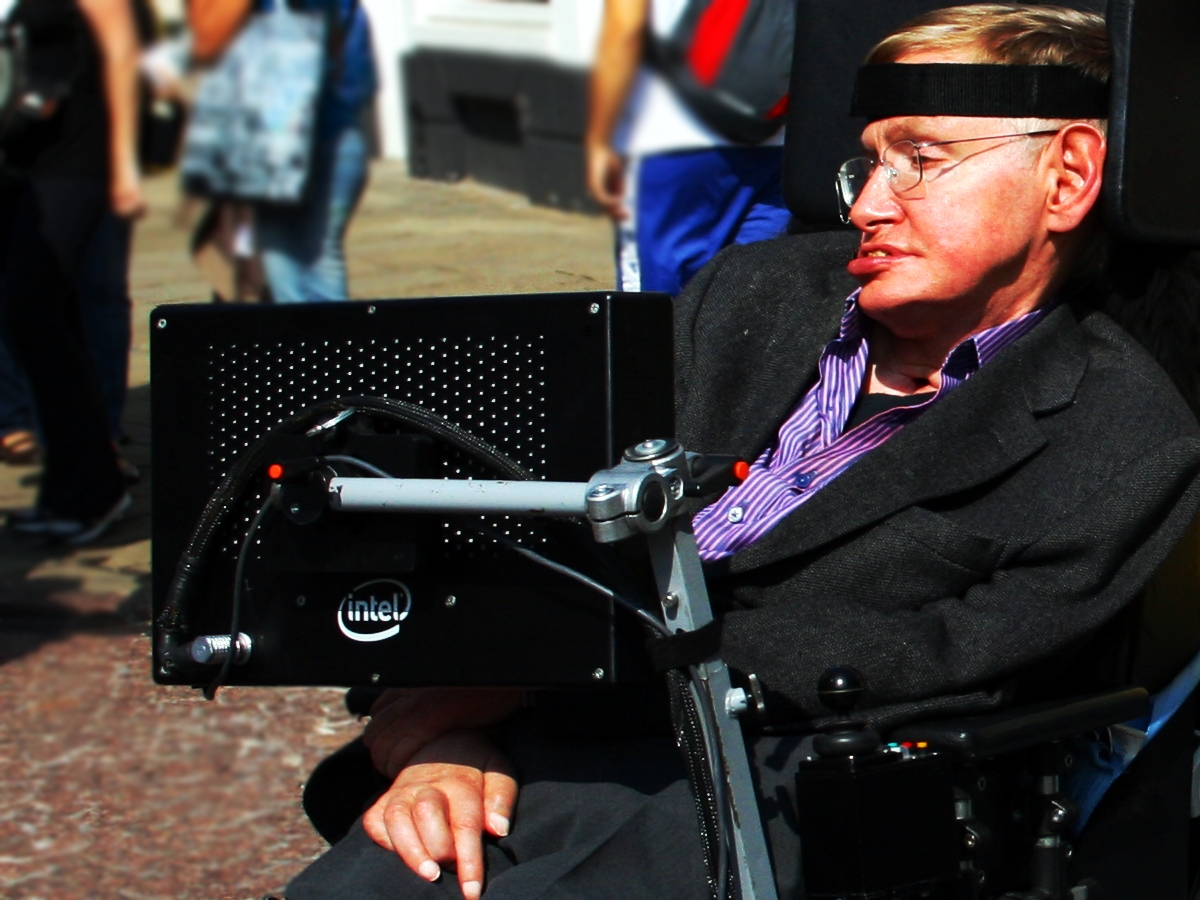 źródło: http://upload.wikimedia.org/wikipedia/commons/7/73/Stephen_Hawking_in_Cambridge.jpg