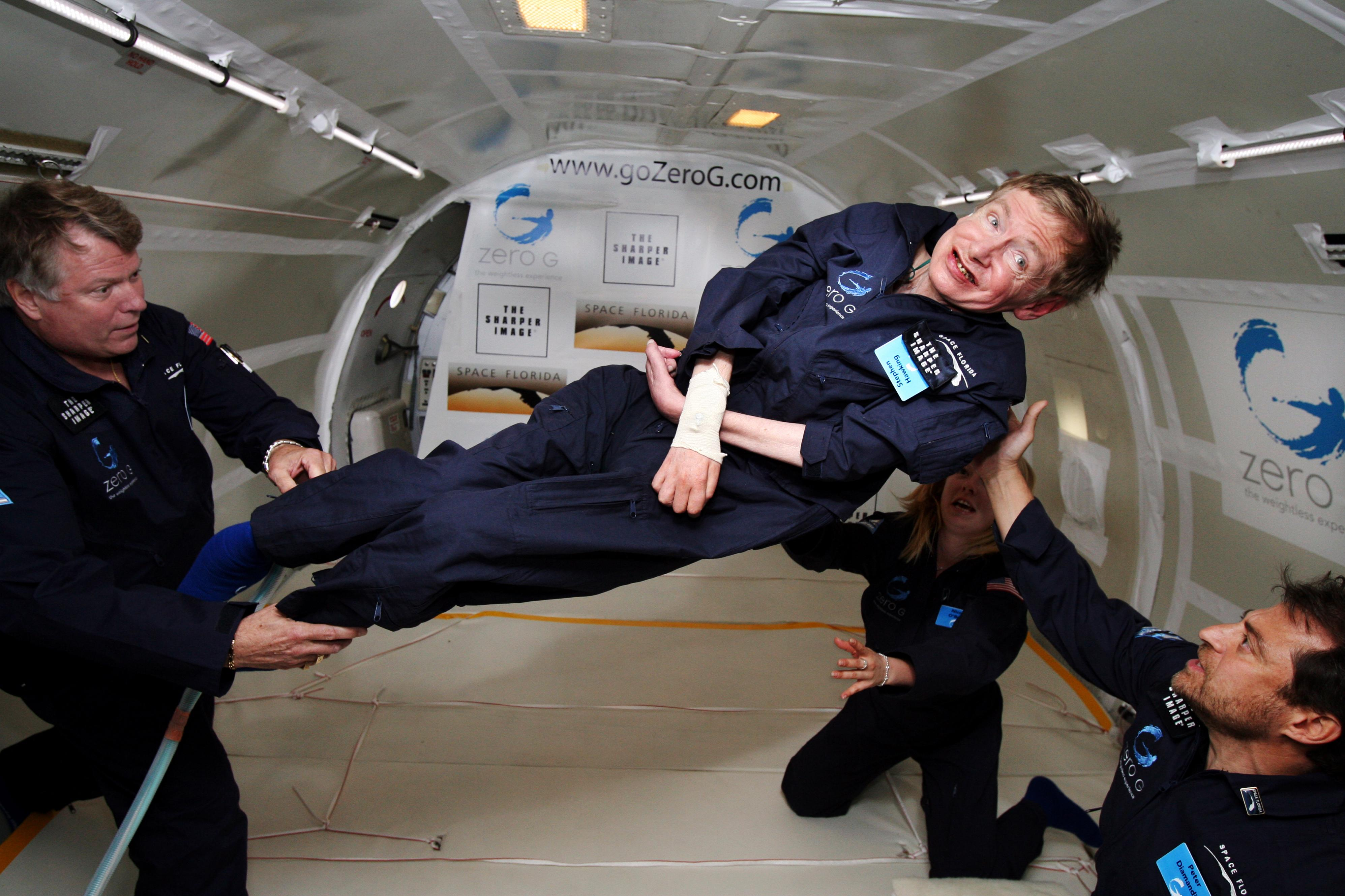 źródło: http://upload.wikimedia.org/wikipedia/commons/0/08/Physicist_Stephen_Hawking_in_Zero_Gravity_NASA.jpg